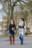 Отбуксируйте женщину youn жизнерадостную имея прогулку в парке, Бреде, Нидерландах Стоковая Фотография