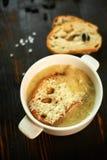 Отвар с здравицами хлеба и черных оливок стоковые фотографии rf