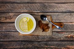 Отвар цыпленка с домодельными яичками лапшей, хлеба и триперсток стоковые фото