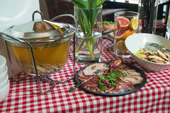 Отвар цыпленка в прозрачном стекловарном горшке Плита с различными видами мяса Стоковое Фото