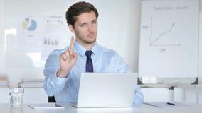 Отвергать молодого бизнесмена отказывая предложение в офисе акции видеоматериалы