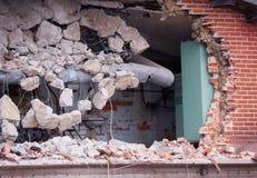 Отверстие в кирпичной стене разрушенного здания на месте подрыванием Стоковое Изображение