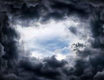 Отверстие в драматических облаках стоковая фотография rf