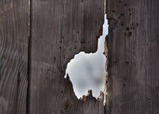 Отверстие в старых деревянных двери/загородке Стоковая Фотография
