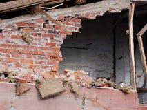 Отверстие в стене разрушенного здания на месте подрыванием Стоковое Изображение RF