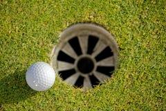 отверстие гольфа шарика близкое ближайше вверх Стоковые Изображения RF