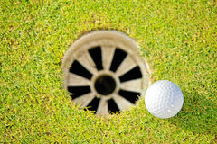 отверстие гольфа шарика близкое ближайше вверх Стоковое фото RF