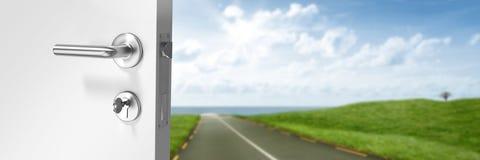Отверстие двери на дорогу в зеленых холмах Стоковая Фотография