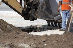 отверстие землечерпалки ведра выкапывая Стоковые Фотографии RF