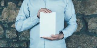 Отверстие и чтение молодого человека книга стоковая фотография