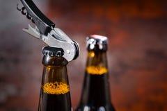 отверстие консервооткрывателя металла бутылки пива Стоковые Изображения RF