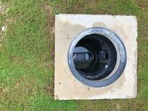 Отверстие ловушки тавота с осушительной системой вокруг дома стоковая фотография
