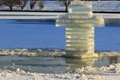 Отверстие льда перекрестное и крест льда на праздники правоверного крещения в УКРАИНЕ стоковые фото