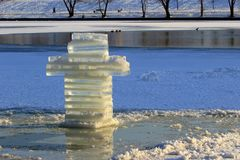 Отверстие льда перекрестное и крест льда на праздники правоверного крещения в УКРАИНЕ стоковое изображение rf