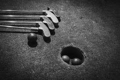 Отверстие миниатюрного гольфа с летучей мышью и шариком Стоковые Изображения RF