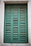 Отверстие окна с старыми деревянными шторками Стоковые Фото