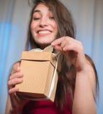 Отверстие подарочной коробки в счастливых руках женщины Стоковые Изображения