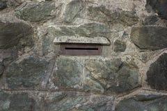 Отверстие почтового ящика на каменной стене Стоковые Изображения RF