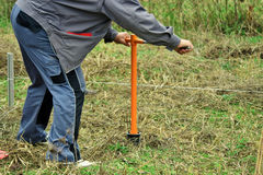 Отверстие работника сверля в земле Стоковая Фотография