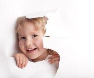 отверстие ребенка смотря вне Стоковые Изображения RF