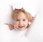 отверстие ребенка смотря вне Стоковые Фотографии RF