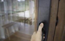 Отверстие руки видит до конца дверь Стоковые Изображения RF