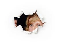 отверстие стороны любопытства женское вне смотрря прищурясь Стоковое Изображение