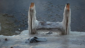 Отверстие льда с, который стоят лестницами видеоматериал