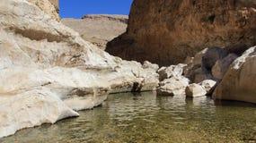 Отверстие rocke оазиса с горами rocke стоковое фото