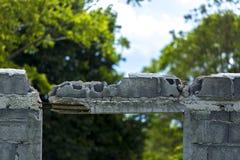 Отверстия в стенах, подкрепление повреждения, Lintels, бетонная плита стоковые фотографии rf