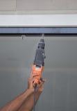 Отверстия работника сверля в алюминиевой рамке конструкции с избирают Стоковое Изображение