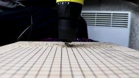 Отверстия сверл человека со сверла переклейкой внутри Концепция работы с древесиной и ручным трудом Видео имеет звук workin сток-видео