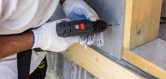 Отвертка закручивает винт E Конструкция домов стоковое фото rf