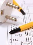 Отвертка и электрическая штепсельная вилка на чертеже конструкции Стоковая Фотография