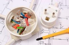 Отвертка, электрическая коробка и электрическая штепсельная вилка на чертеже конструкции Стоковая Фотография