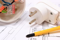 Отвертка, электрическая коробка и электрическая штепсельная вилка на чертеже конструкции Стоковое фото RF