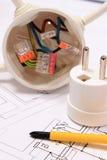 Отвертка, электрическая коробка и электрическая штепсельная вилка на чертеже конструкции Стоковое Изображение