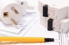 Отвертка, электрическая штепсельная вилка и взрыватель на чертеже конструкции Стоковые Изображения