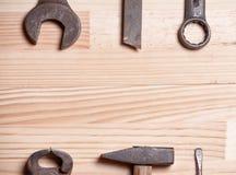 Отвертка l ключа ключа инструментов ржавой изрезанной старой работы промышленная Стоковое Изображение RF