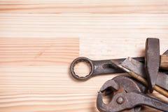 Отвертка l ключа ключа инструментов ржавой изрезанной старой работы промышленная Стоковые Изображения RF