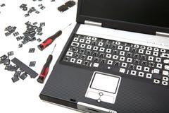 Отвертки компьтер-книжки и точности с крышками ключа над белизной стоковые изображения rf