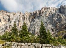 Отвесные скалы горной цепи Marmolada в доломитах Стоковое Фото
