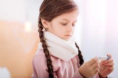 Ответственный ребенок пробуя использовать новый термометр Стоковые Фото