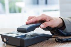 Ответ бизнесмена телефон Стоковая Фотография