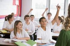 отвечая высокие студенты школы вопроса стоковое изображение rf