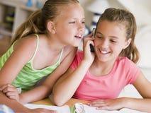 отвлеканная домашняя работа девушок их детеныши Стоковая Фотография RF