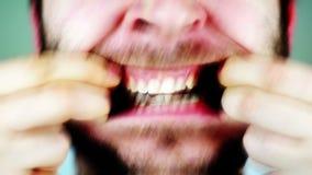 Отвратительный человек с ужасной челюстью видеоматериал