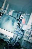 Отделение скорой помощи с пациентом в кровати окруженной техническим оборудует Стоковое фото RF