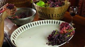 Отделка женщины связка винограда на деревянном столе акции видеоматериалы