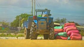 Отделка крестьян разгржает сумки от прицепа для трактора видеоматериал